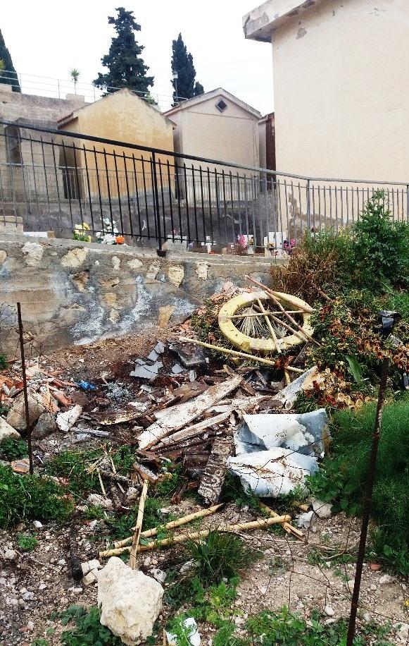 Castel di Iudica, bruciava bare e corone in un terreno vicino al cimitero: denunciato