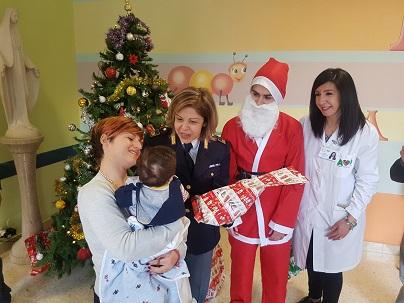 Ragusa, la polizia e i volontari in pediatria con regali di Natale