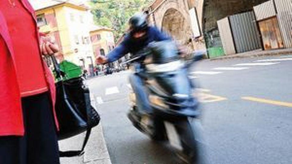 Gravina di Catania, scippa una borsa: lo scooter si schianta contro un'auto