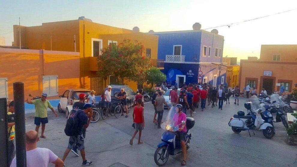 Sei migranti sbarcano a Linosa, li rifocilla un vigile urbano