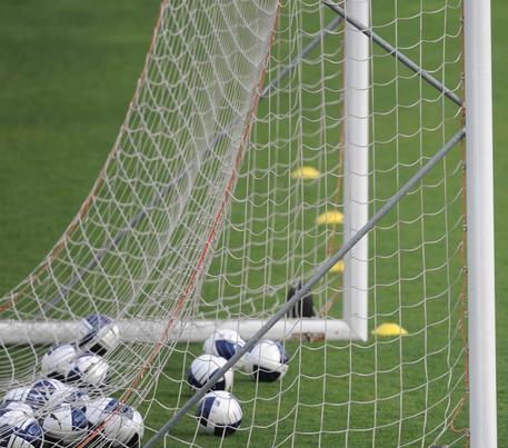 Lancia petardi durante una partita, daspo per un minore a Catanzaro