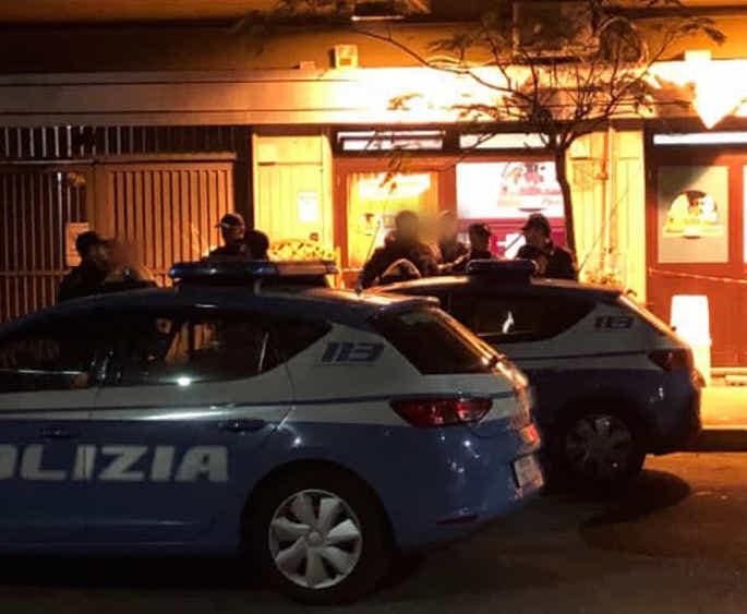 Agguato in una pizzeria a Ostia due gambizzati