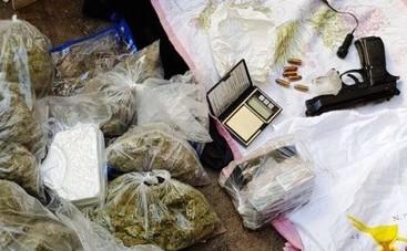 Napoli, armi e droga nascoste in una cassaforte: scatta il sequestro