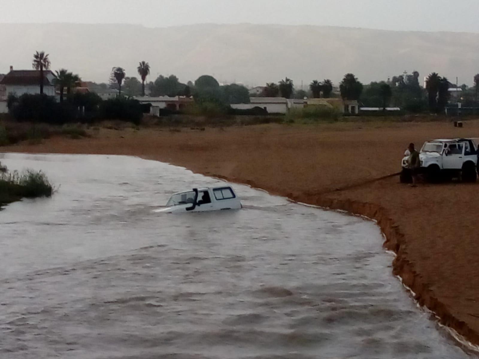 Maltempo, fuoristrada finisce in mare  tra Calabernardo e Avola (GUARDA IL VIDEO)