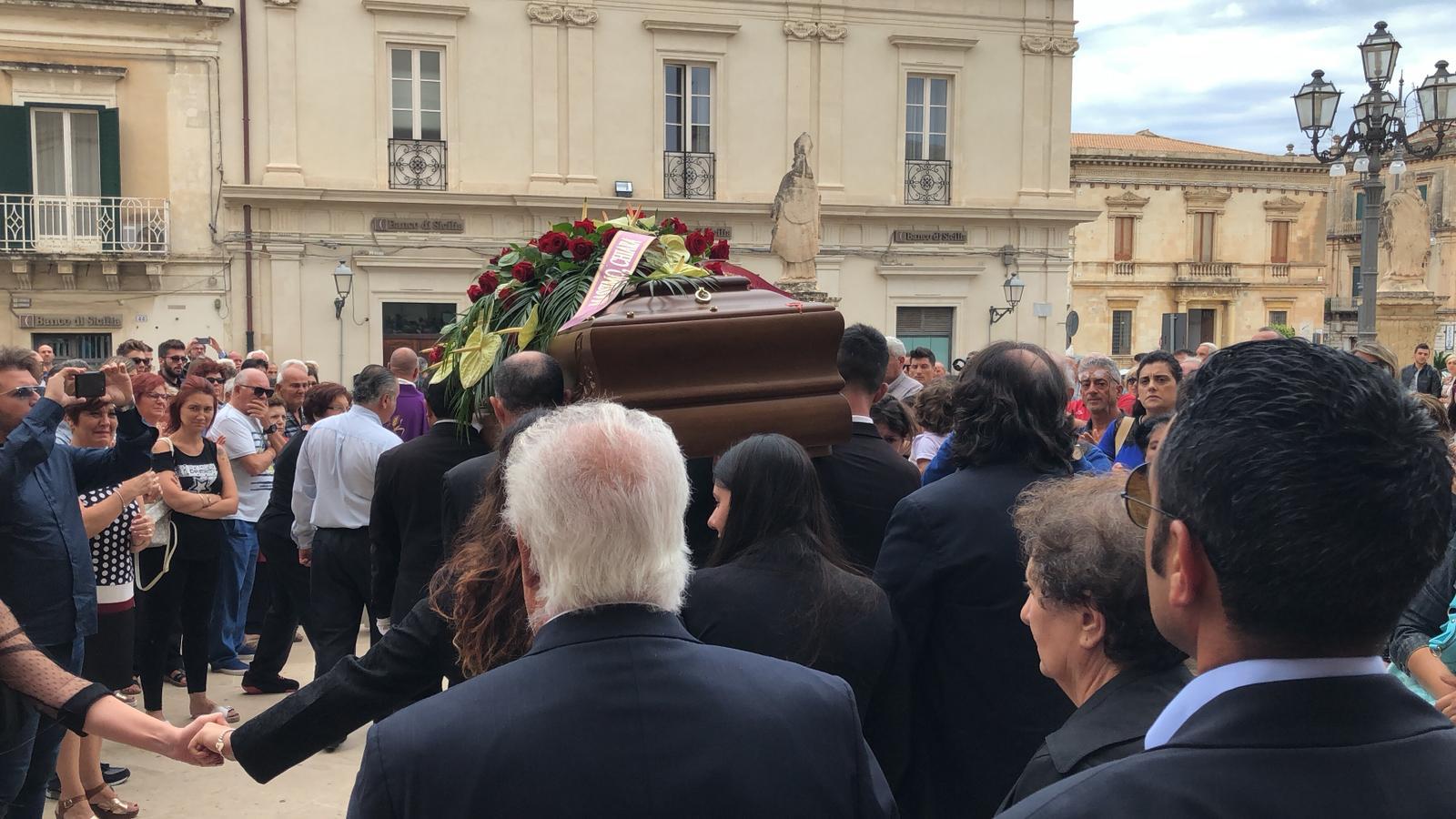 Avola: chiesa gremita per i funerali di Loredana Lopiano