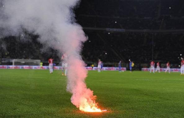 Calcio, tifosi del Catanzaro denunciati per lancio petardi a Catania