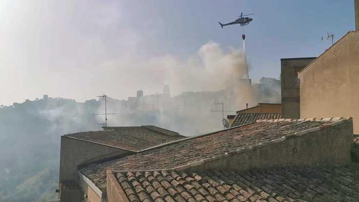 Incendi, ancora fiamme a Enna, a Kamut la gente dorme fuori casa