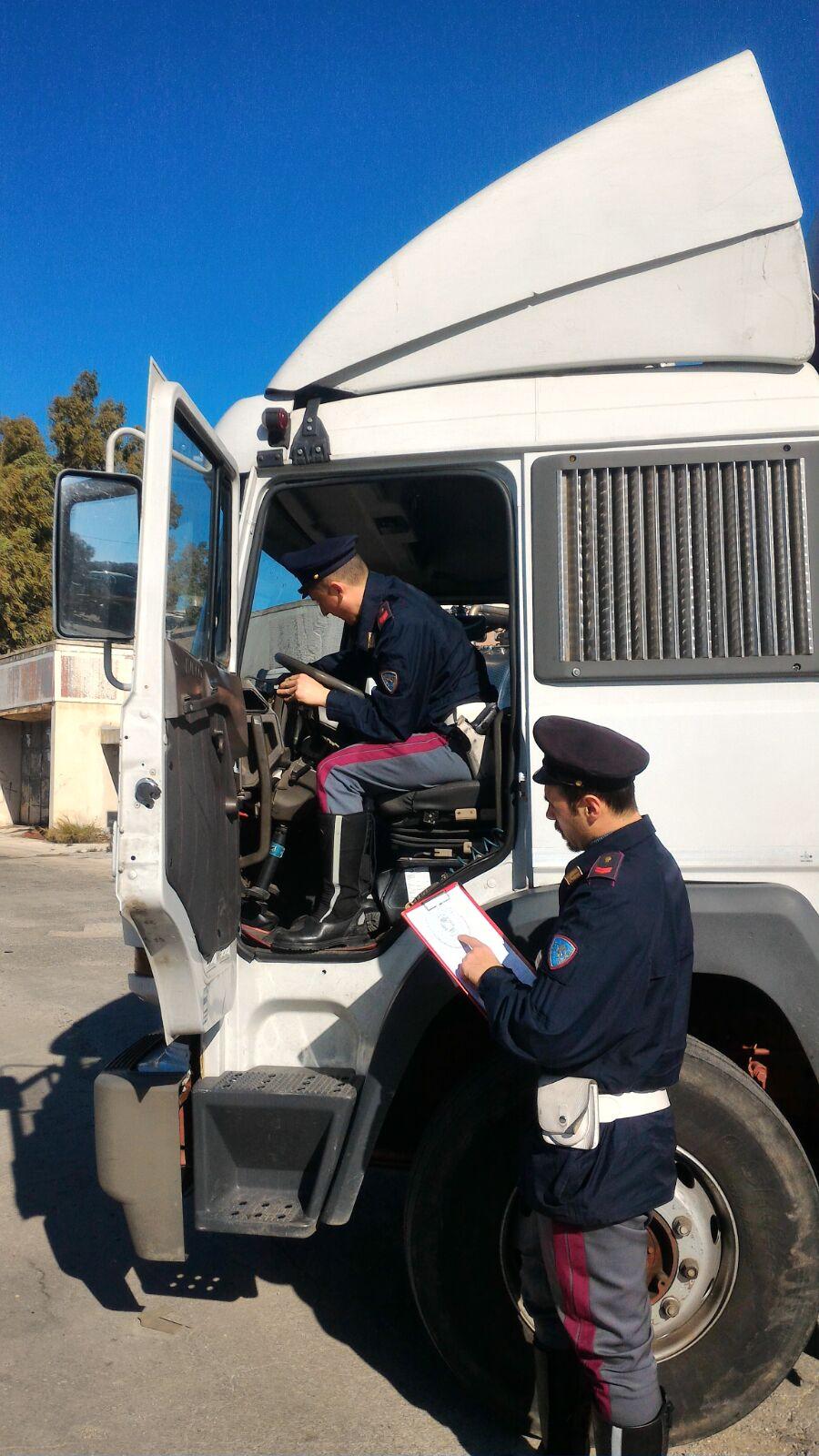 Lentini, 2 mezzi pesanti con i cronotachigrafi manomessi: denunce e multe per oltre 3.000 euro