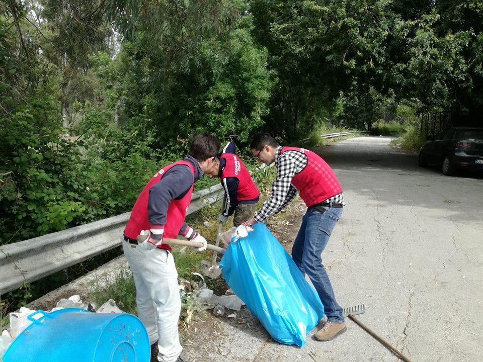 Siracusa, attivisti di CasaPound bonificano un'area della Riserva del Ciane