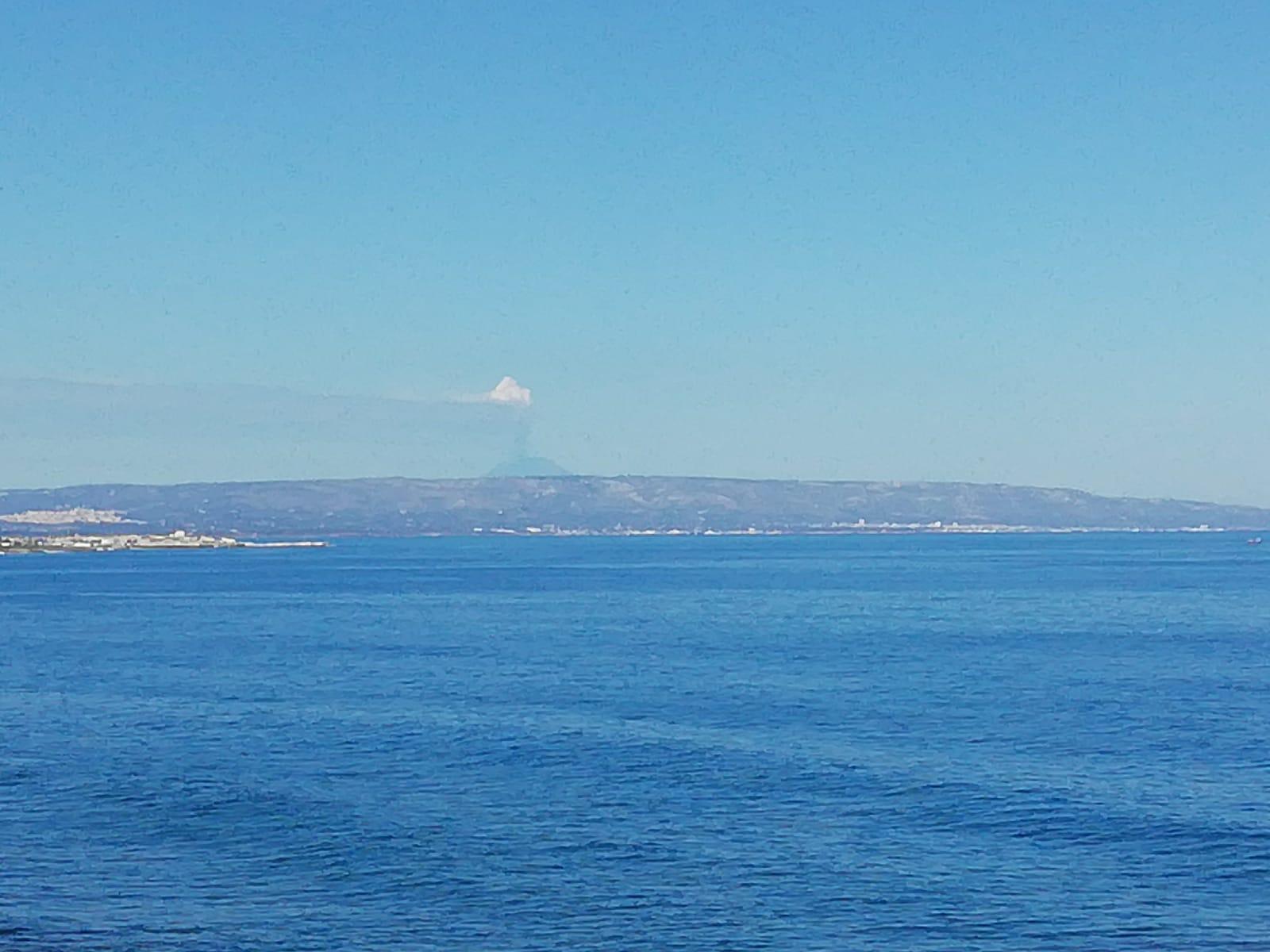 L'Etna in eruzione vista dai pescatori di Portopalo in navigazione