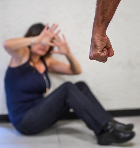 Picchia la compagna che lo vuole lasciare, arrestato nel Barese