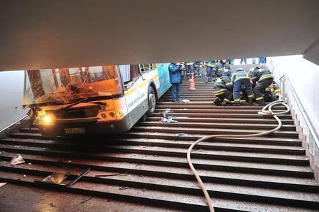Mosca, bus si schianta sulle scale della metro: almeno 4 morti