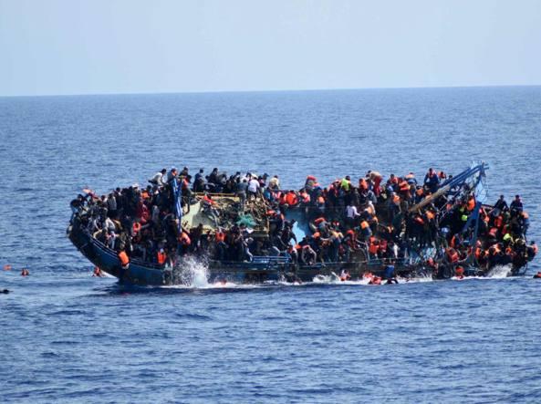 Migranti, in 300 a est di Tripoli: interviene la Guardia Costiera