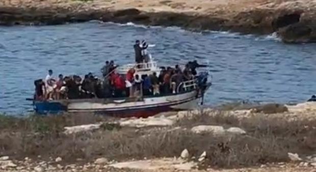 Migranti, 10 tunisini sbarcati sulla spiaggia di  Lampedusa