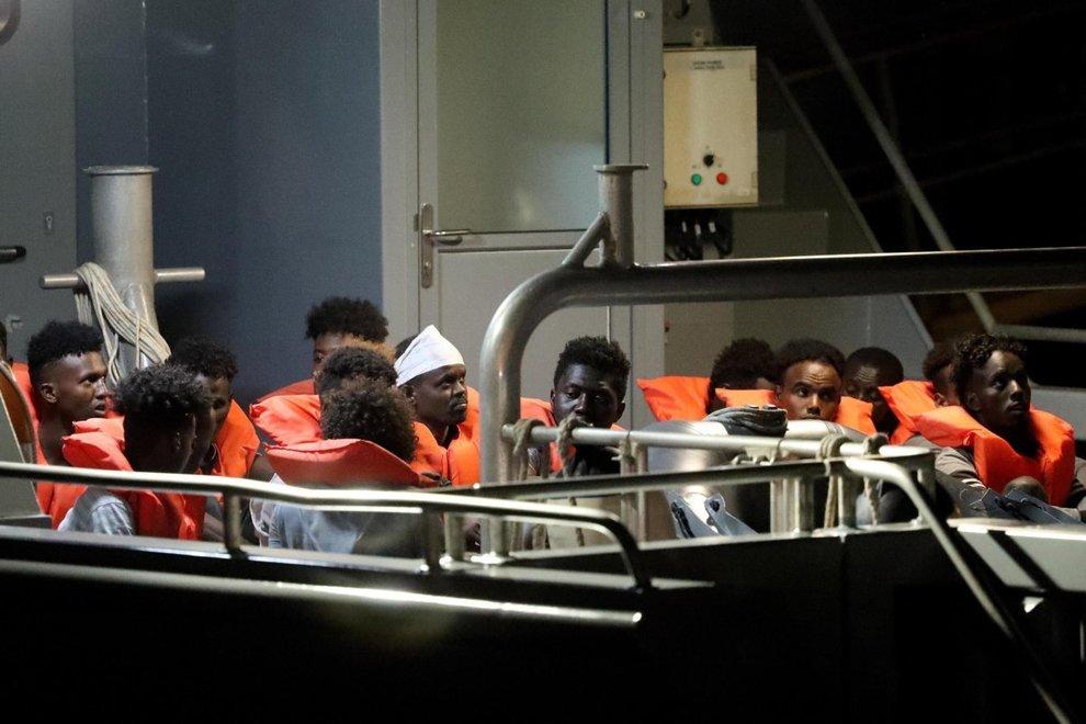 I 90 migranti Alan Kurdi a 20 miglia nord di Linosa
