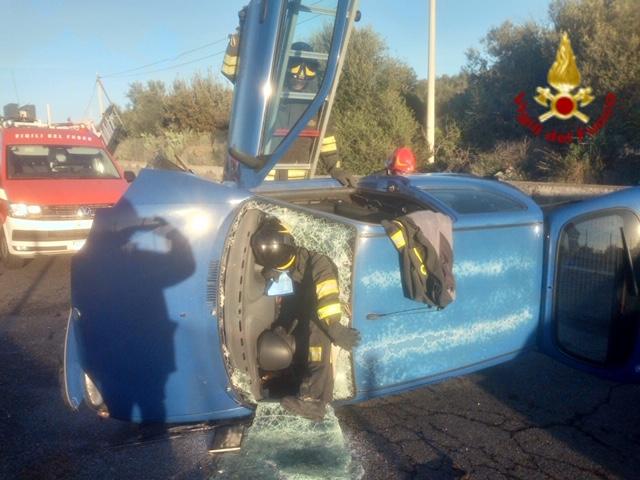 Auto si ribalta in curva, donna estratta viva dai pompieri a Belpasso