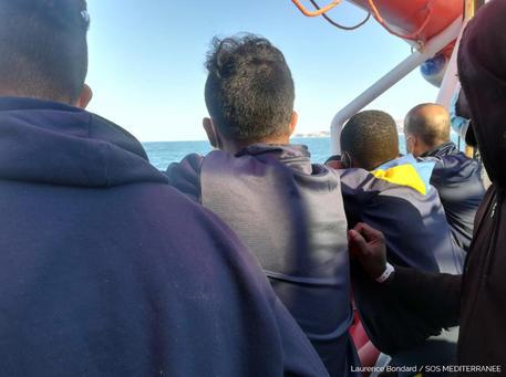 La Ocean Viking ancorata fuori da Porto Empedocle con 180 migranti