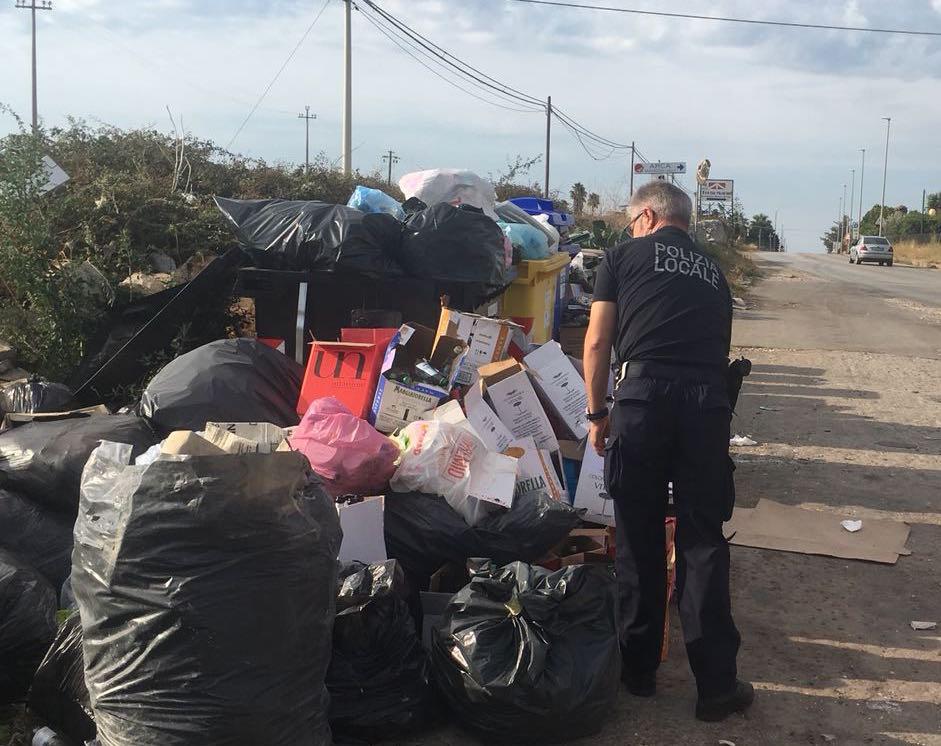 La Polizia locale di Modica contro l'abbandono dei rifiuti: multe