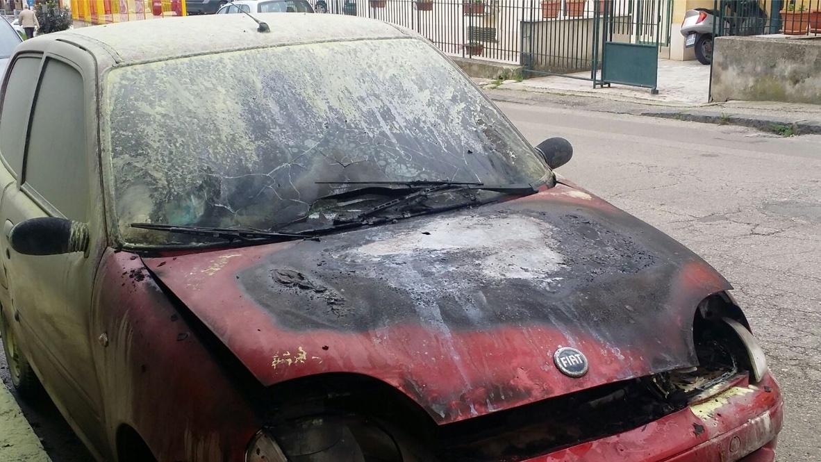 Fiamme nella notte a Zafferana Etna: Fiat 600 avvolta dal fuoco