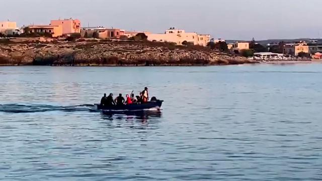 Migranti, 14 tunisini sbarcano al Molo della Madonnina a Lampedusa