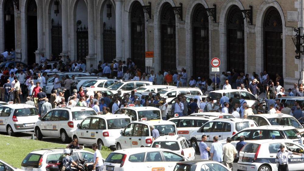 Roma, oggi lo sciopero nazionale dei tassisti: disagi