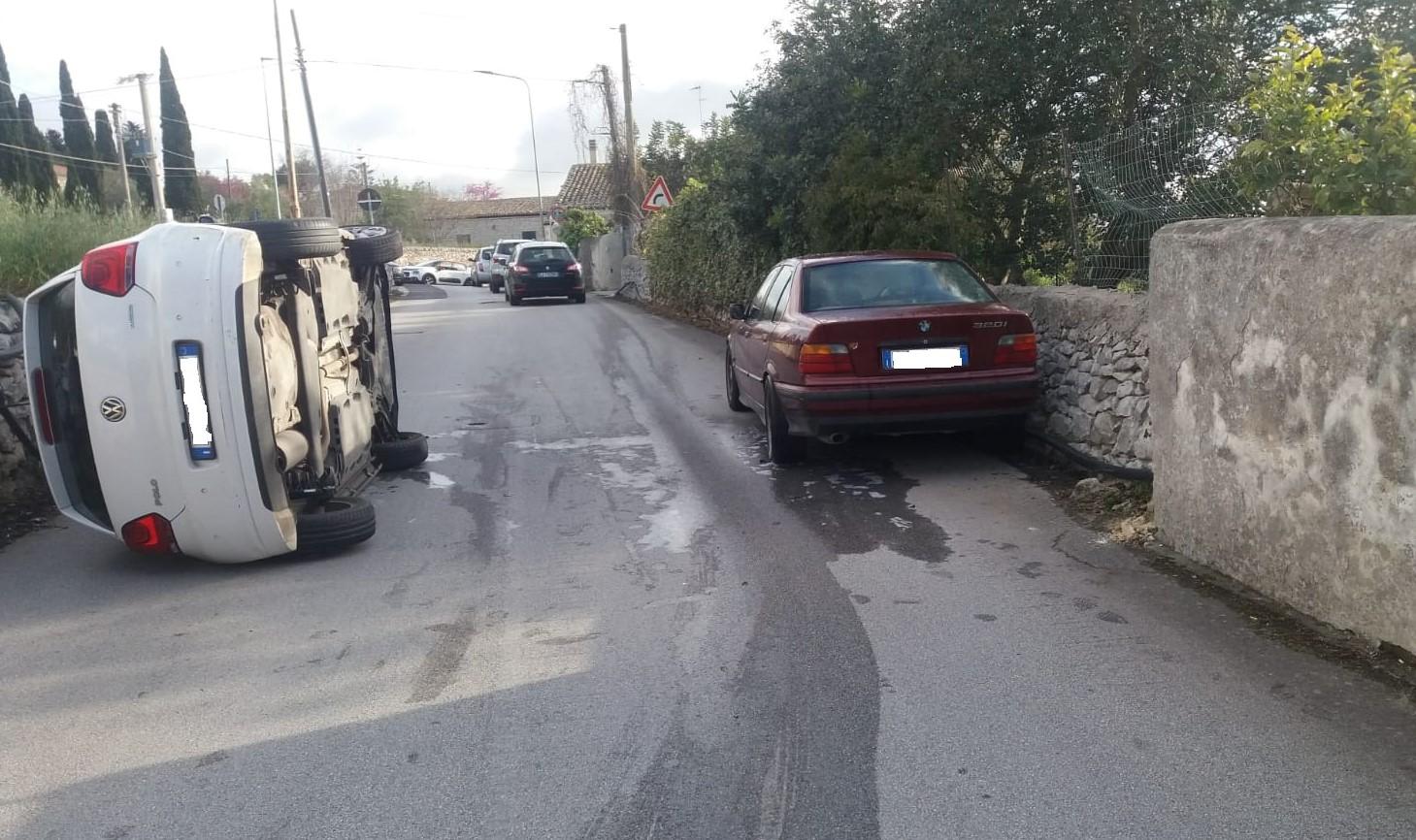 Modica, si ribalta auto in via Caitina: ferita la donna che era alla guida