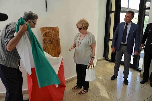Il maestro Alfio Nicolosi dona una scultura alla Questura di Ragusa