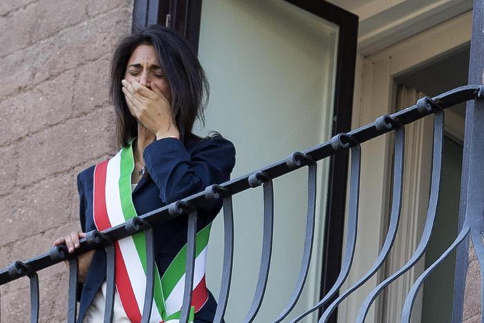 Raggi in lacrime per insediamento: