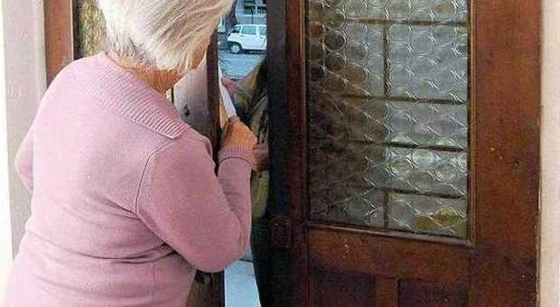 Siracusa, ruba in casa di due anziani: arrestata