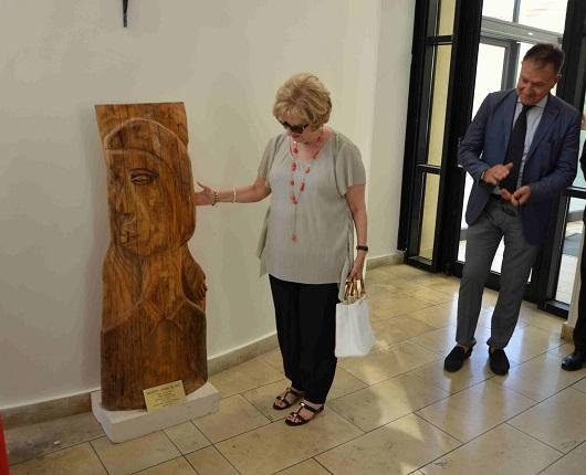 Ragusa, lo scultore Alfio Nicolosi dona un'opera alla polizia