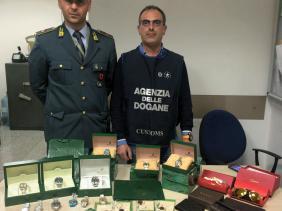 Catania, sbarca all'aeroporto con diversi articoli di lusso contraffatti: denunciato
