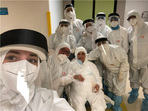 Selfie con medici e infermieri, 91enne lascia il Centro-covid 19 di Enna