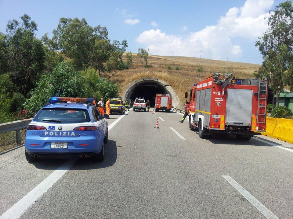 Autocarro prende fuoco sulla  Palermo - Catania