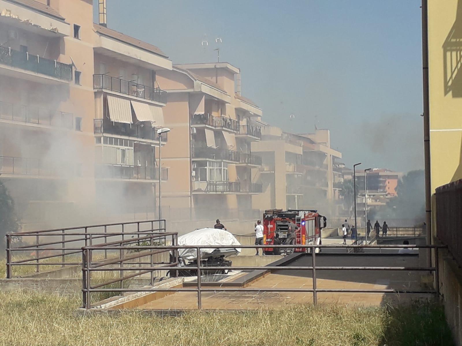Fuoco, fumo e fiamme a Floridia per un incendio in viale Pietro Nenni