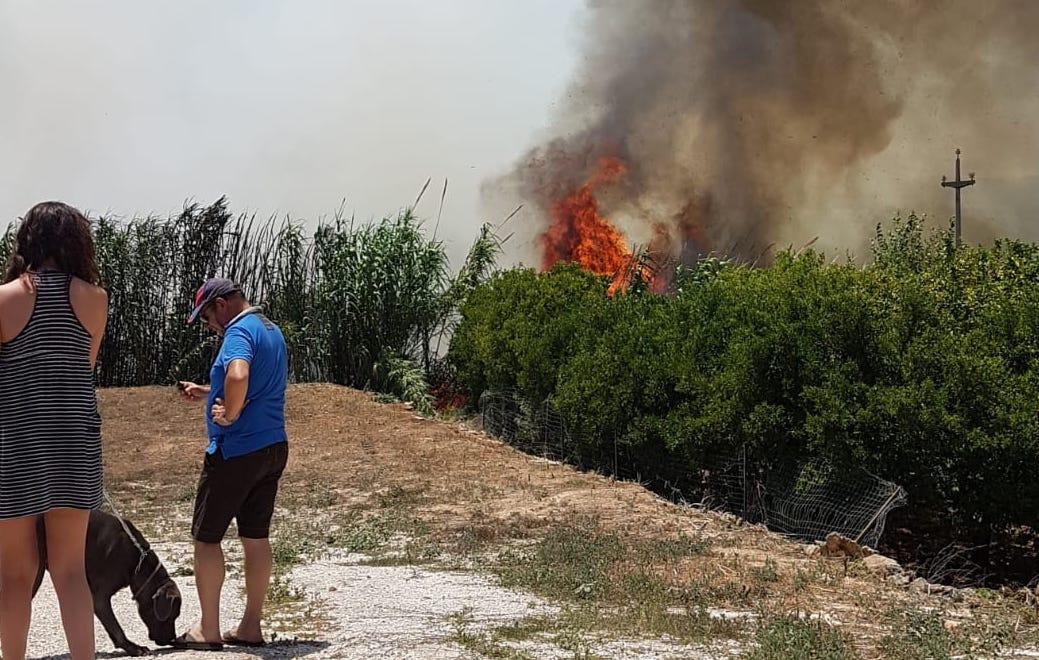 Quattro ore di lotta contro il fuoco a Floridia:  anche gli elicotteri per domare le fiamme
