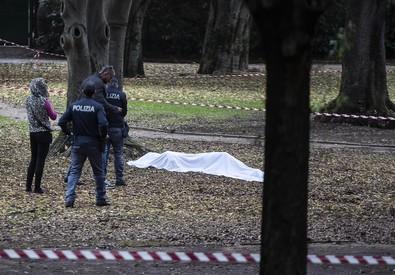 Milano, uccisa nel parco: pm indaga per rapina