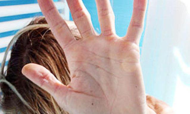 Catania, facevano prostituire la figlia  di 12 anni per  il cibo: due arresti