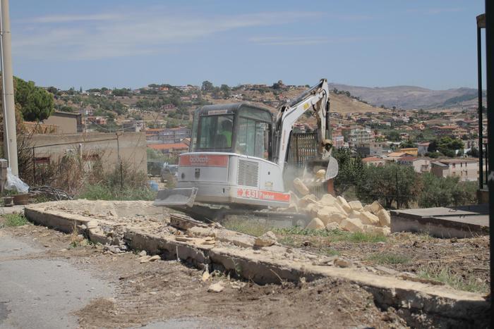 Ruspe in azione ad Agrigento, demolizioni nella Valle dei Templi