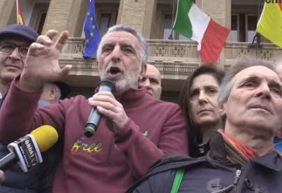 Messina, mille persone scendono in piazza per difendere il sindaco Accorinti