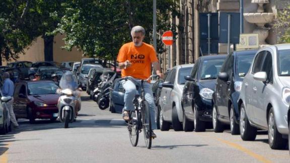Sindaco di Messina cade dalla bici e finisce al Pronto soccorso