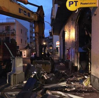 Commando in azione ad Acireale scardina la cassaforte del Postmat: ma il colpo fallisce