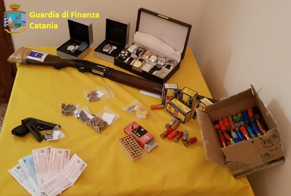 Armi, droga  e 12 orologi, padre e figlio denunciati ad Acireale
