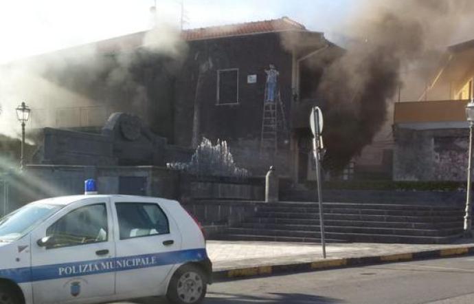 Incendio al Comando dei vigili di Aci Catena: ufficio verbali inagibile