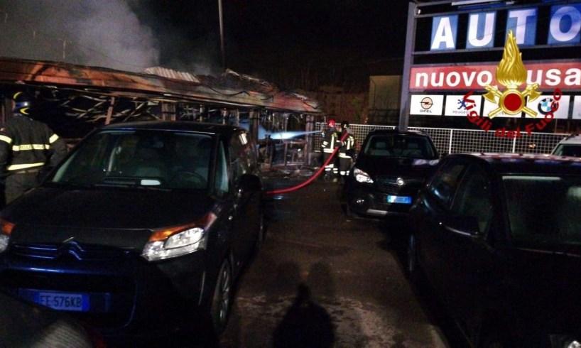 Acireale, scoppia incendio in un autosalone: danneggiate alcune vetture
