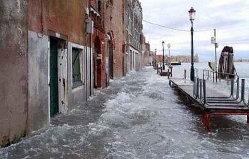 Maltempo: a Venezia acqua alta da record, 127 centimetri