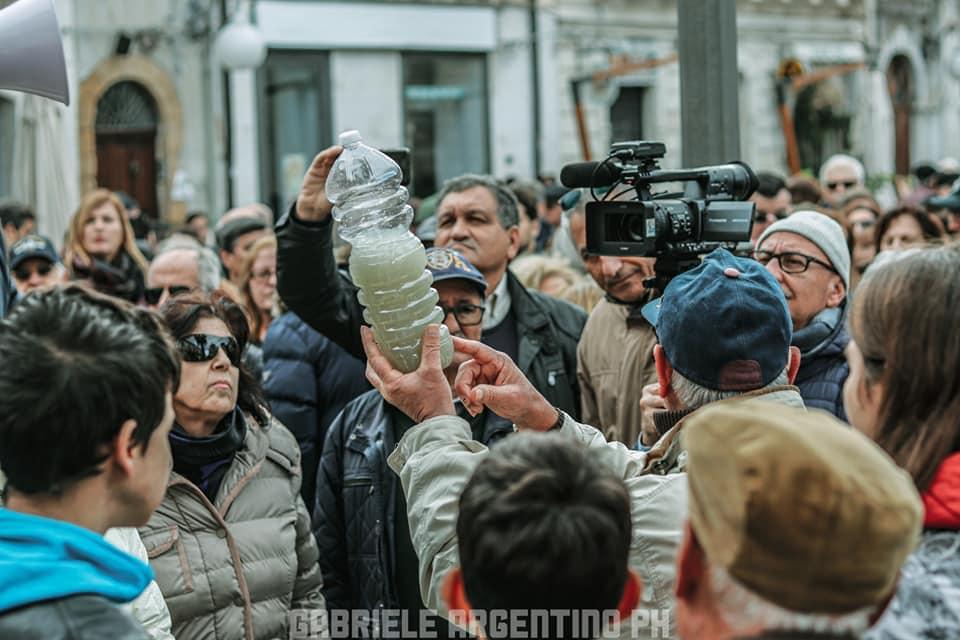 Manifestazione di piazza ad Augusta per l'acqua torbida dai rubinetti