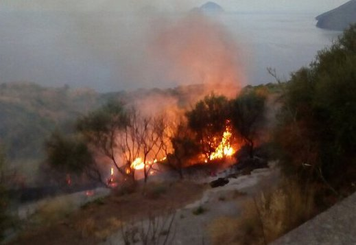 Incendio doloso alle Eolie, appiccate le fiamme ad Acquacalda