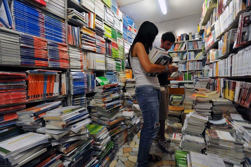Scuola mercatino dei libri usati a siracusa in via piave for Mercatino dell usato siracusa