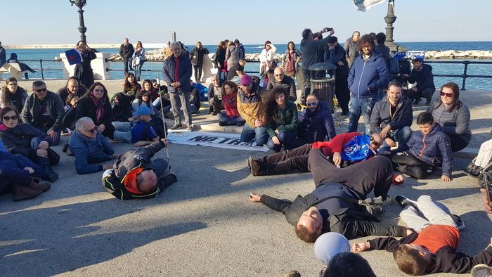 Flash - mob a Bari contro le trivelle e per salvare l'Adriatico