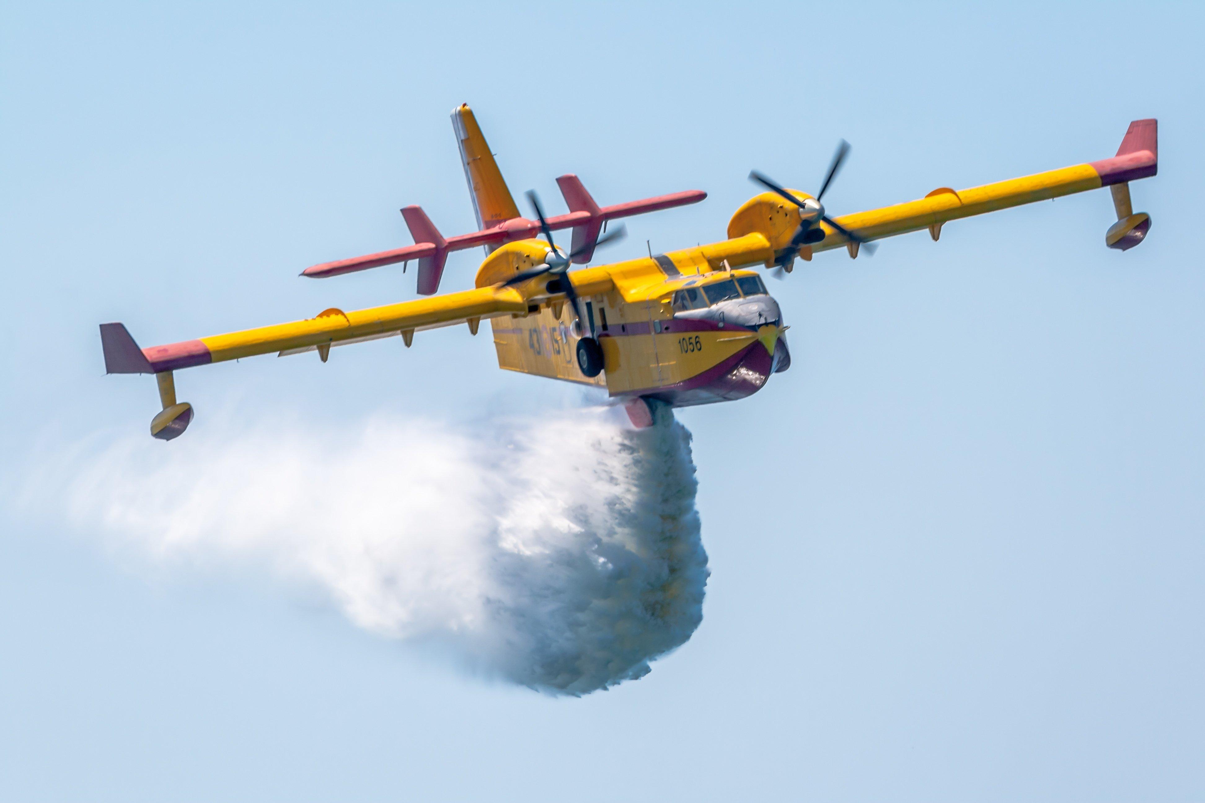 Bruciano boschi nel Ragusano, in azione un Canadair